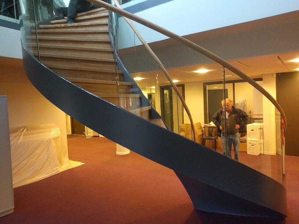 Svängd ståltrappa