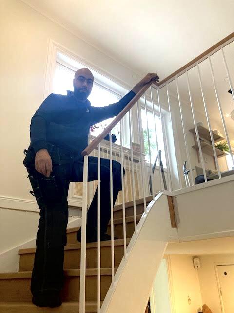 Smeden bakom den vitlackerad trappa med handledare i ek